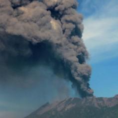 Ряд авиарейсов на острове Бали отменен из-за выброса пепла вулканом