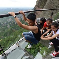 В Китае стеклянный мост треснул под ногами туристов