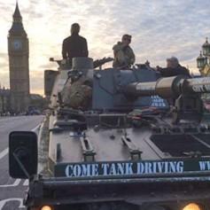 Туристам предложили экскурсию по Лондону в танке