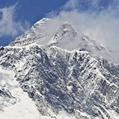 Власти Непала продлят альпинистам пропуска на Эверест еще на два года