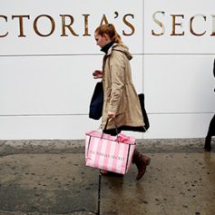 Снижение турпотока из России ударило по продажам Victoria's Secret