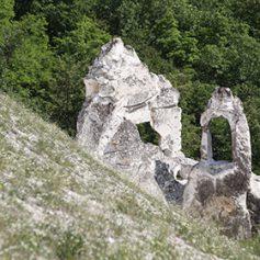 Туристы повредили древнее сооружение в монастыре под Воронежем