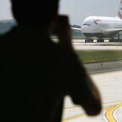 Десятки человек пострадали из-за задымления на борту британского самолета