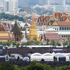 Королевский дворец в Бангкоке вновь открыли для туристов после смерти монарха