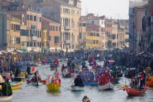 Карнавал в Венеции на грани срыва из-за толп туристов