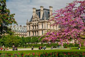 Весну лучше встречать в Париже, Амстердаме и Санкт-Петербурге