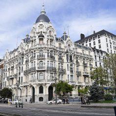 Отели Мадрида, Каира и Парижа в июне резко подняли цены на проживание. Почему дешевеет Москва?