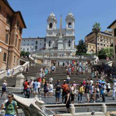 Власти Рима запретили туристам сидеть на Испанской лестнице: штраф €250