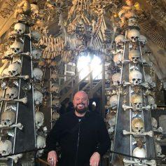 Туристам запретили делать селфи на фоне груды человеческих костей в Чехии