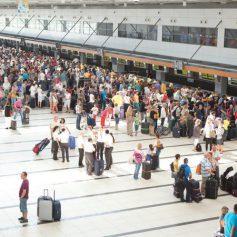 Пассажиров с детьми в турецких аэропортах поставят в отдельную очередь