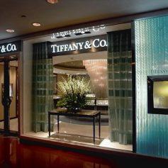 Падение китайского турпотока в США спровоцировало продажу ювелирного бренда Tiffany дому Louis Vuitton