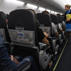 Стюардесса назвала способы сделать перелет комфортнее