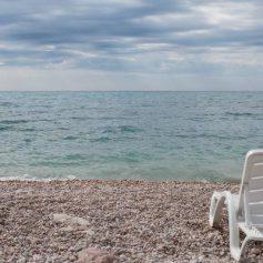 На пляжах Крыма обеспечат дистанцию между шезлонгами и дезинфекцию инвентаря
