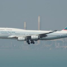 Авиакомпания Cathay Pacific разрешила летать без маски пассажирам бизнес-класса