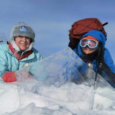 За 2 дня пенсионеры из Москвы прошли пешком 42 километра по льду Байкала