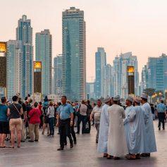 Дубай отменил ограничения на вместимость отелей, но маски и браслеты остаются